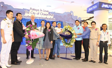 """Mayor Itthiphol Kunplome (4th right) and leaders from participating organizations kick off the """"Pattaya in Love: City of Ocean Arts"""" project."""