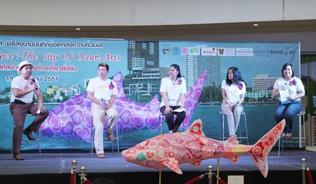 """Central Festival General Manager Theeraporn Jitnawa joins executives from the Amari Orchid Resort & Tower, Centara Grand Mirage Beach Resort, the Tourism Authority of Thailand's Pattaya office and the Rak Phaendin at the beachfront mall to kick off the """"Pattaya in Love: City of Ocean Arts"""" project."""