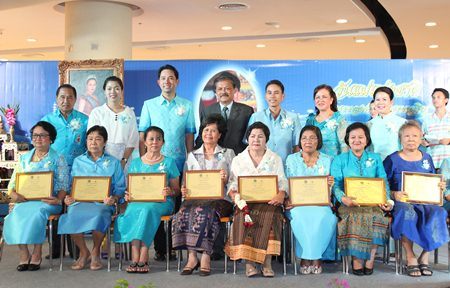 Mayor Itthiphol Kunplome (3rd left) and Mana Yaprakam (4th left), president of the Pattaya Culture Council, present certificates to Pattaya's best mothers for 2014.