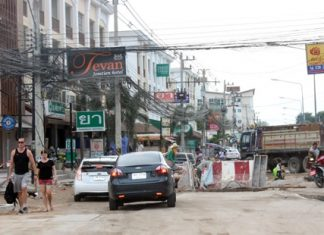 Commuting in the area is laborious, as the road has been reduced to one usable lane whilst construction continues along Soi Wat Bun.