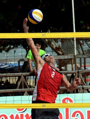 A Chantaburi player reaches for the ball during a playoff match against Lukpradu 2.