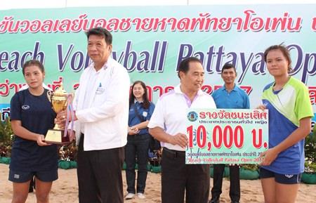 Pattaya council member Phaiwan Aromchuen (2nd left) presents the female champions' trophy to Bangkok Sports School.