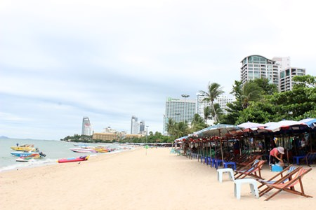 An example of what the NCPO wants: Only one row of beach chairs at the very back of the sandy area, arranged in a military-friendly orderly line with the rest of the sand clean and available for tourists.
