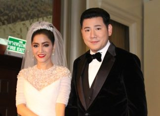 """The happy newlywed couple, Actress Savika """"Pinky"""" Chaiyadej and Itthi """"Petch"""" Chavalittamrong."""