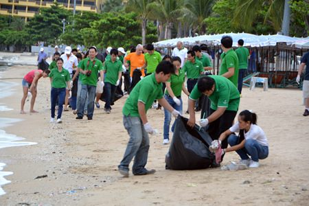Members of the InterContinental Hotels Group & Holiday Inn Pattaya took to the beach with protective gloves and black bags to assist in cleaning things up.