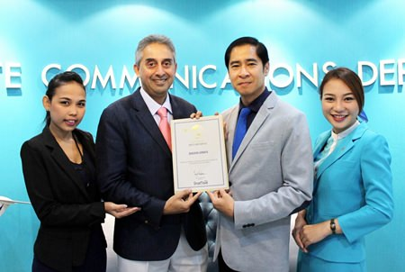 Vijay K Verghese (center left), Editor& Director, Dancing Wolf Media, hands the prestigious award to Songkrot Palakawong Na Ayuthaya (center right), Director - Corporate Affairs & Events of Bangkok Airways.