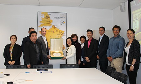 TAT's Deputy Governor for Tourism Products and Business, Mrs. Vilaiwan Twichasri (middle) and Mr. Jean-Etienne Amaury, Chairman of the Amaury Sport Organisation (4th, left)