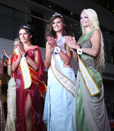 Margarita Stepanova (centre) celebrates her success with other contestants at the 2014 Miss International Russia in Thailand beauty contest, Sept. 19 at the Centara Grand Phratamnak Pattaya.