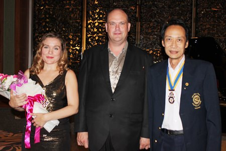Vutikorn Kamolchote (right) President of the Rotary Club of Jomtien-Pattaya congratulates and thanks the stars for an outstanding performance.
