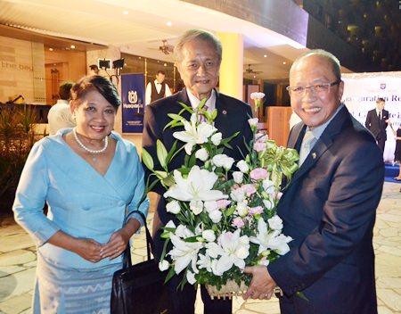 Khunying Songsuda and Dr. Suvit Yodmanee congratulate the new Honorary Consul Chatchawal.