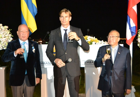 The three honourable gentlemen raise their glasses in a toast to H.M. King Carl XVI Gustav of Sweden and HM King Bhumibol Adulyadej of Thailand.