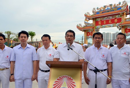 Former MP Poramet Ngampichet, Banglamung District Chief Sakchai Taengho, and former Minister of Culture Sonthaya Kunplome represent the Sawang Boriboon Foundation.