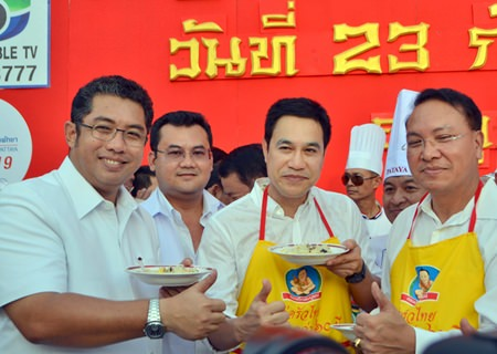 Former Minister of Culture Sonthaya Kunplome (left) and friends give their thumbs up to the heavenly rice.