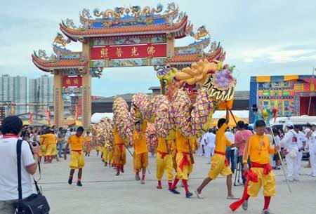 The dragon parade makes its way to the front Sawang Boriboon Thammasathan.