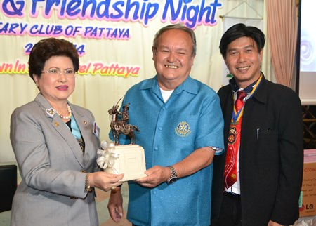 District Governor Rachnee Euprasert receives a gift from Past District Governor Premprecha Dibbayawan and President Satienpong Khamnon.