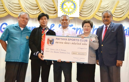 Peter Malhotra (right) president of the Pattaya Sports Club Association, presented a cheque for 100,000 baht to the Rotary Club of Pattaya. (l-r) PDG Premprecha Dibbayawan, President Satienpong Khamnon, PP Jamlong Phassara, and DG Rachnee Euprasert.