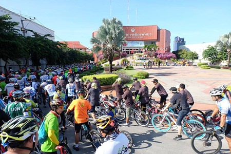 Over 100 cyclists prepare for the launch of Pattaya Car free Day 2014.