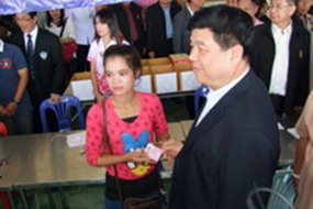 """Labor Minister Gen. Surasak Kanjanarat visits """"one-stop"""" service centers to help Chonburi employers register and legalize their illegal migrant laborers."""