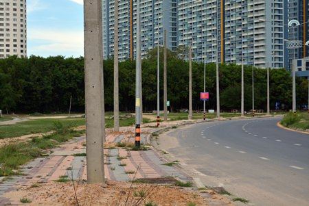 The contractor who installed 40 light poles along Jomtien Second Road has been ordered back to repair their sloppy work.