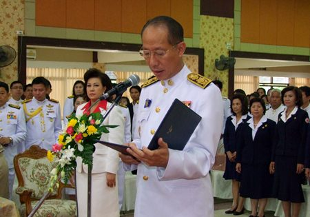 Chonburi Gov. Khomsan Ekachai leads officials in paying homage to King Rama IV on the anniversary of his passing in 1868.