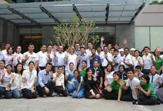 Management and staff of the Holiday Inn Pattaya celebrate the hotel's 5th anniversary.