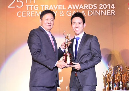 Royal Cliff Hotels Group Executive Director Vitanart Vathanakul (right) receives the TTG Travel Hall of Fame Award 2014 from Darren Ng, Managing Director of TTG Asia Media Ltd. at the 25th Annual TTG Awards 2014 Ceremony & Gala in Bangkok.