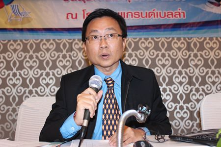 PBTA President Sinchai Wattanasartsathorn addresses the gathered community leaders.
