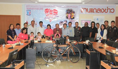 Nongprue Mayor Mai Chaiyanit (center) joins Piangta Chumnoi, director of Ban Jing Jai Foundation, and Panuwat Sriboon-ngam from Racerg.net, to announce the 4th Ban Jing Jai charity bicycle ride will take place November 22.