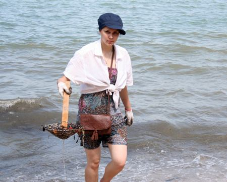 A Russia volunteer helps clean the sea.
