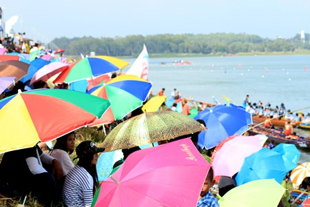 Crowds packed the banks of the reservoir to enjoy the sporting spectacle and fine weather.