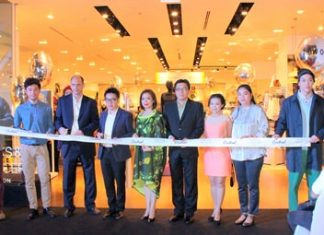 Local officials join Marks & Spencer Thailand Managing Director Panagiotis Dimitroulopoulos to cut the ribbon to officially open the new store.
