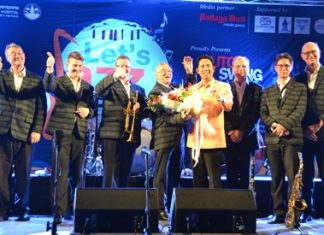 Mayor Ittipol Khunplume (4th right) congratulates the Dutch Swing College Band members after a superb show in Pattaya.