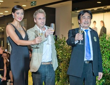 (L-R) Metinee, Kingpayome, developer Winston Gale, and Pattaya Deputy Mayor Ronakit Ekasingh raise a toast during the soft opening ceremony for The Riviera Jomtien.