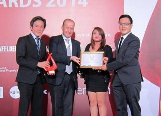 Thanawan Chaiwatana, Managing Director of Magnolia Quality Development Corporation Ltd. (left) and Special Architecture and Design Consultant Surawat Hanthawichai (right) receive the 2014 design award from Heart Media's Executive Director - Business Development, Gael Burlot (2nd left) and Ensign Media's International Distribution Manager Patravadee Sirapanthakarn.