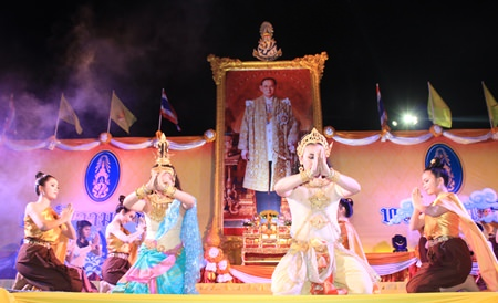 Pattaya students pay homage to HM the King with a time honored traditional Thai dance.