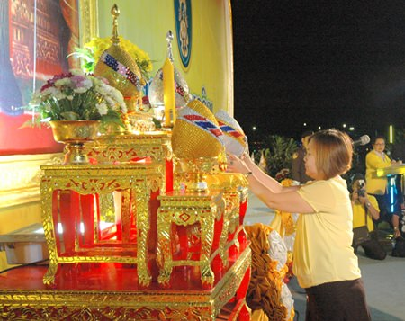 TAT Pattaya Director Suladda Sarutilavan solemnly takes part in the formal ceremonies on Father's Day.