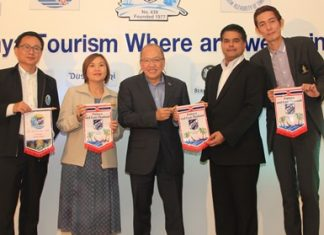 Tony Malhotra (2nd right) President of Skål International Pattaya & East Thailand presents club banners to Sinchai Wattanasartsathorn, Suladda Sarutilavan, H.E. Chatchawal Supachayanont and Sanpech Supabowornsthian.