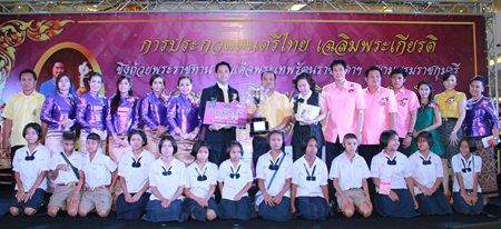 Mayor Itthiphol Kunplome presents the winners and runners-up with their prizes.