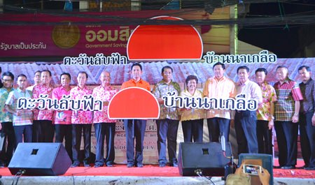"""Former Culture Minister Sonthaya Kunplome, Nuntiya Swangvudthitham, director-general of the Department of Cultural Promotion, Pattaya Mayor Itthiphol Kunplome, Banglamung District Chief Sakchai Taengho, TAT Pattaya Director Suladda Sarutilavan, city council members and community leaders kick off the sixth-annual Naklua """"Walking Street"""" market harkening back to the community's roots as a small fishing village."""