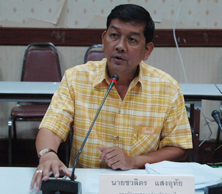 Chonburi Permanent Secretary Chawalit Saeng-Uthai presides over a planning meeting to improve the tourism industry's hospitality and safety skills.