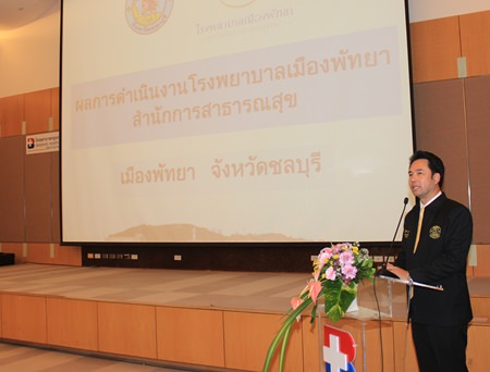 "Mayor Itthiphol Kunplome lectures on the topic ""Role of local government to health system"" to 70 candidates from King Prajadhipok's Institute and the Medical Council of Thailand."