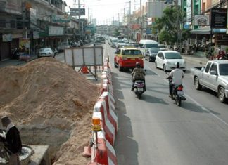 Traffic backs up on Thepprasit Road in the afternoon during the construction between sois 6 and 7.
