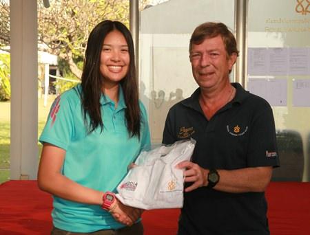 Kamolwan Chanyim (left) receives the championship winner's trophy. (Photo/m.v.tchelistcheff)