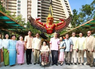 Suthikiati Chirathivat, chairman of Central Plaza Hotel Pcl, presides over the ceremony to install the Royal Garuda atop the Centara Grand Mirage. Attending were the Chirathivat family, Pattaya Mayor Itthiphol Kunplome, TAT Pattaya Director Suladda Sarutilavan, and management and staff from the resort.