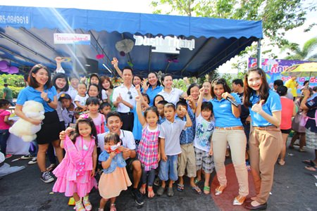 Neoh Kean Boon (center, white shirt), resident manager of Dusit Thani Pattaya leads Dusit Thani Pattaya staff and management to present toys, school supplies and other giveaways while engaging the kids in fun games such as song and coloring contest as well as teaching them some English words and phrases. The parents also were given a seedling for a present to encourage them to teach their kids the importance of a green environment.