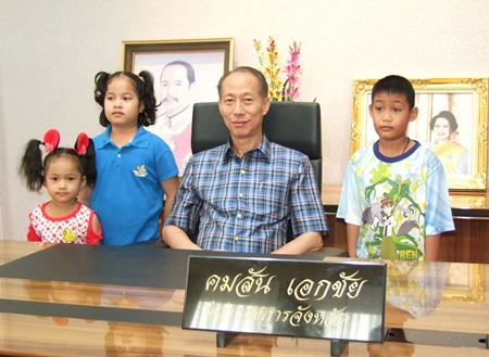 Chonburi Governor Khomsan Ekachai opened his office for children and youths to tour, even allowing some to sit in his chair.