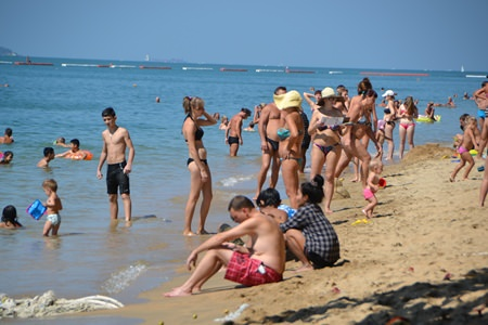 Pattaya Beach still sees a large number of tourists despite the weakening of the ruble.