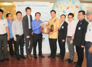 PBTA President Sinchai Wattanasartsathorn (5th left) and Thai Hotel Association Eastern Chapter President Sanphet Suphabuansathien (4th left), along with Pattaya business operators present New Year gift baskets to Pattaya Mayor Itthiphol Kunplome.