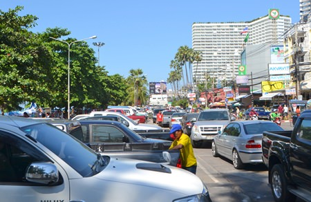 Pattaya had arranged additional parking at Dongtan Beach, but it wasn't enough, with many cars simply double parking.