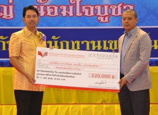 Bandit Siritanyong (right), vice chairman of the Thai-Chinese Culture and Economic Council, presents 11 scholarships worth 20,000 baht each, to Mayor Itthiphol Kunplome to give to students from each of the 11 public schools in Pattaya.
